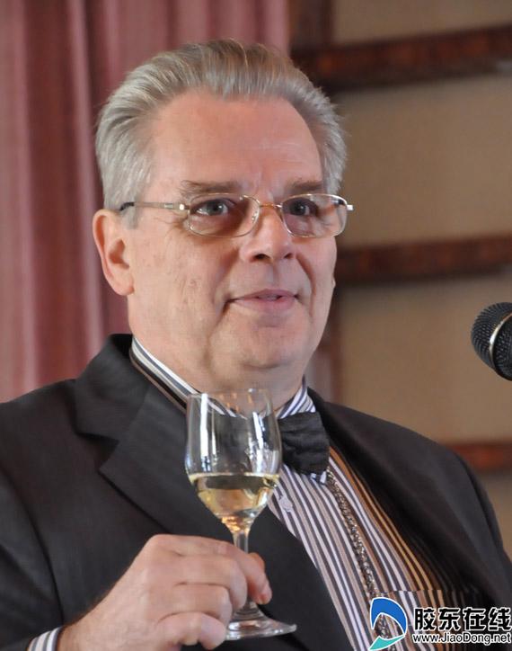 张裕顶级品酒师皮埃尔为网媒记者讲解葡萄酒品鉴知识