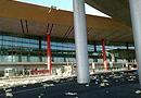 首都机场遭遇大风航班延误 航站楼金属板被掀