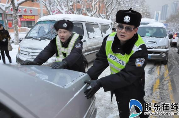 风雪中最可爱的人 1500名交警抗暴雪保畅通(图)