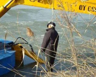 承包鱼塘被挖 老人缘何竟自缢挖掘机图片