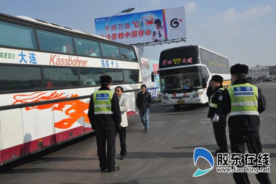 沈海高速公路疏港段,民警截获超员大客车现场 高清图片