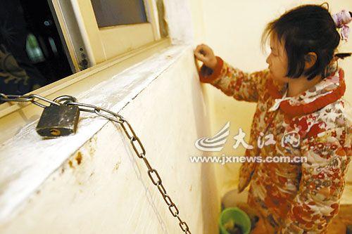 妙龄女家中囚禁多男子有需要随时享用_一名年轻女子脚套铁链,被囚禁在房间内,默默在墙上写字.