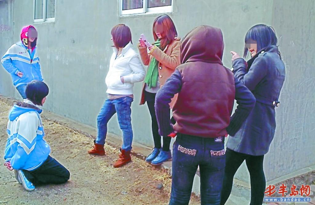女生穿校服下跪五人围观
