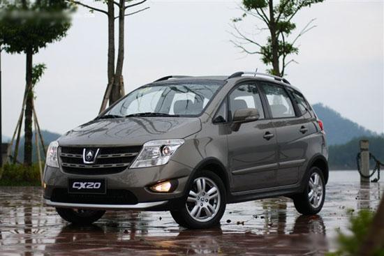 据最新的中国汽车流行趋势调查显示,2011年汽车流行趋势,汽车消费的实用性、安全性和个性化需求加强,最典型的表现,就是消费群体对CROSS车型的关注正在持续升温。就在此时,自主品牌大厂长安汽车新推出的CX20走入大众的视野。长安的研发团队在车型研发之初,就赋予了CX20宣明的都市拓界车定位,并且凭借其酷变外观、多变功能、乐享空间、心享安全四大卖点,成为现在汽车市场上炙手可热的车型。   CX20是长安汽车旗下首款入门级跨界MPV车型,是继CX30上市后长安CX车系的第二款车型。该车长宽高