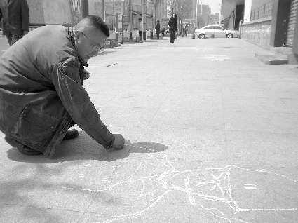 粉笔画高手街头涂鸦 最爱画军事人物