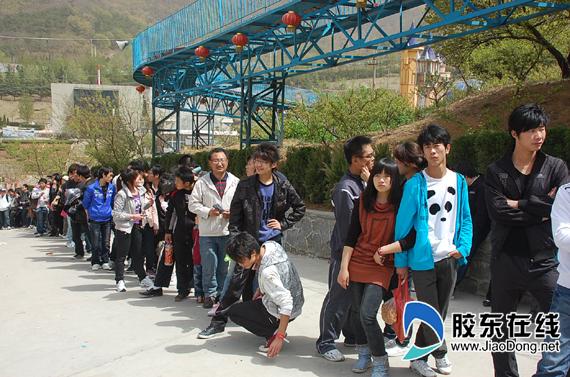 旅游景点排队图片_旅游景点游人如织游客排队长达数百米组图