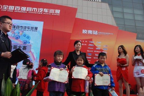 参赛小选手在上海汽车展位前作画  图3现场为获奖小朋友颁奖高清图片