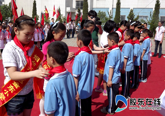 行少先队队礼-金东小学 六一 儿童节上演跆拳道