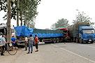 """三辆重型大货车""""扭打""""莱阳烟青路(图)"""