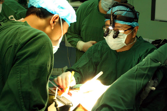 手术由解放军301医院心血管外科主任王冬青教