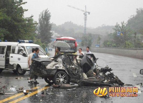 四川发生惨烈车祸 轿车被撞碎3人死亡 高清图片