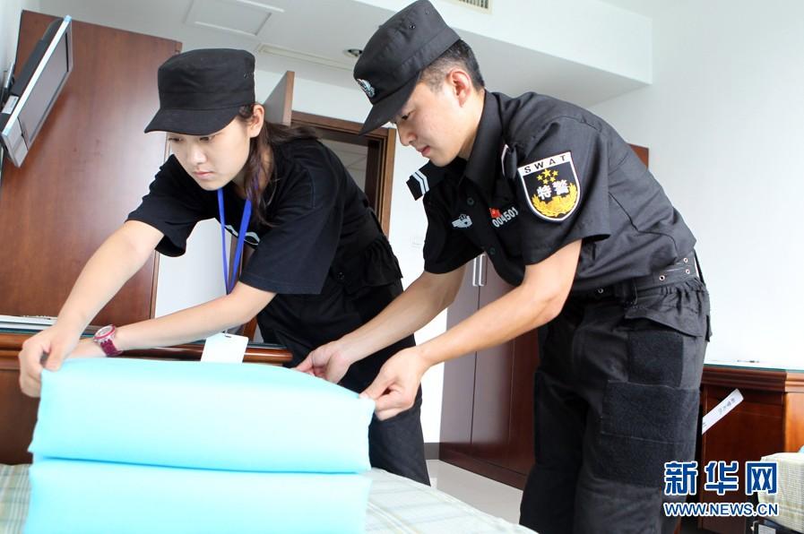 """北京电影学院学生接受""""特警训练""""(组图)"""