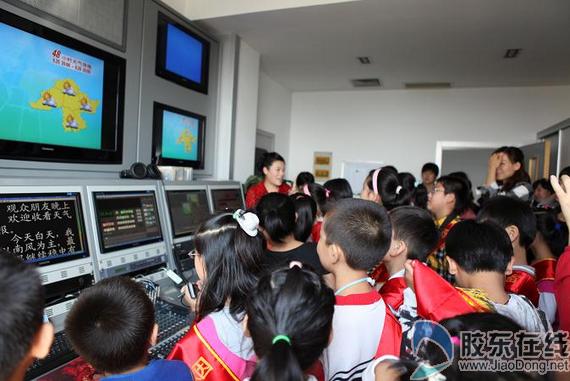 在天气预报录制间与主播笑萍面对面-烟台百名少年志愿者接受气象科图片