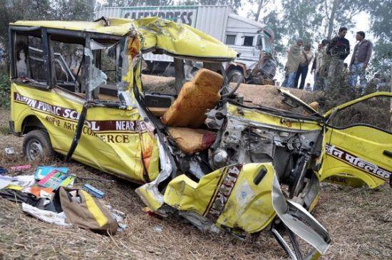 印度校车撞车事故现场图