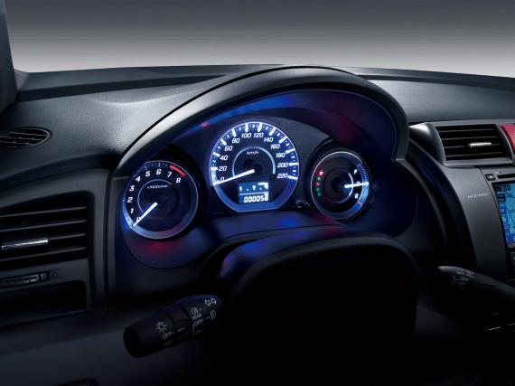 2012款锋范新车亮点:   1、前脸设计更简约时尚   2、高配车型回归1.8L排量发动机   3、增加导航版车型   2012款本田锋范外观变动不大,主要集中在前脸上,中网部分增加镀铬饰条,延续了Honda家族式的外观DNA,使得前脸层次感更强、更具视觉冲击力。后部造型方面,采用全新尾灯造型和后保险杠设计,与前脸形成完整的呼应。在轮毂上,2012款锋范的1.