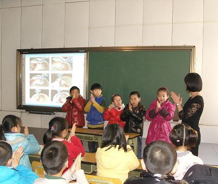 小学生们现场学习正确洗手; 幼儿园洗手六步骤图图片|10;