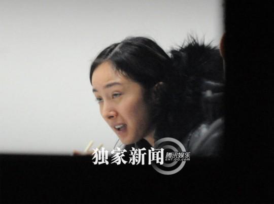 杨幂素颜现身机场 惊现抬头纹 大婶痘痘脸(图)