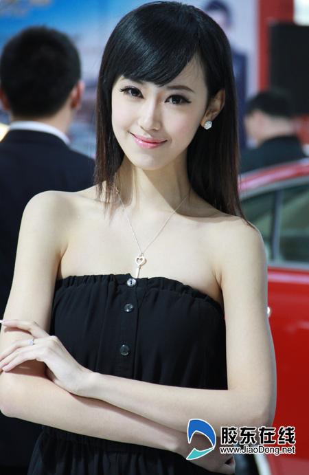 2012烟台车展美女车模可爱甜美(组图)