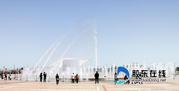 烟台滨海广场音乐喷泉开始喷放(组图)
