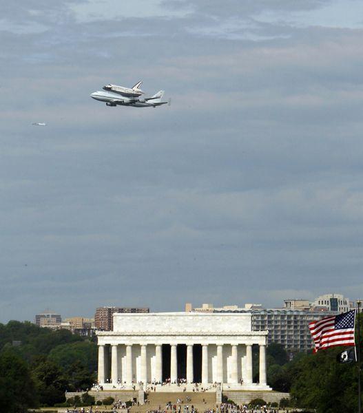 """美国""""发现者号""""航天飞机飞往博物馆永久安放"""