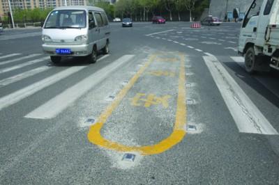 安装太阳能道钉 警示安全开车