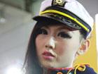 烟台车展最酷美女上演制服诱惑(组图)