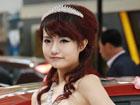 """2012烟台春季车展白裙车模似""""新娘""""(图)"""