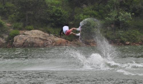 滑水比赛选手乘风破浪
