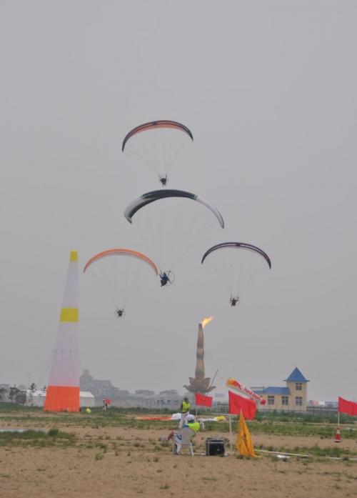 乘风而起 笑傲于天空――动力滑翔伞比赛掠影