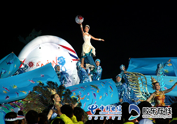 神话里的人物,各种象征吉祥的动物都变成了河清岛体育场同心圆舞台上