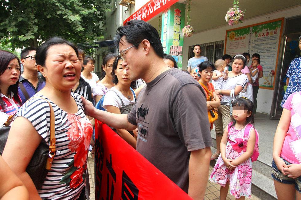 幼儿园老师让孩子互打耳光 向家长鞠躬道歉