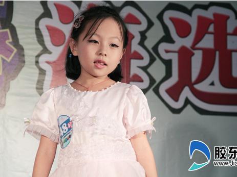 少儿车模大赛:可爱萌女演唱《蝴蝶花》