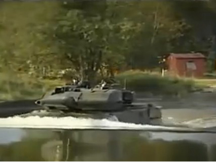 难寻对手!悍马H2挑战坦克的越野性能