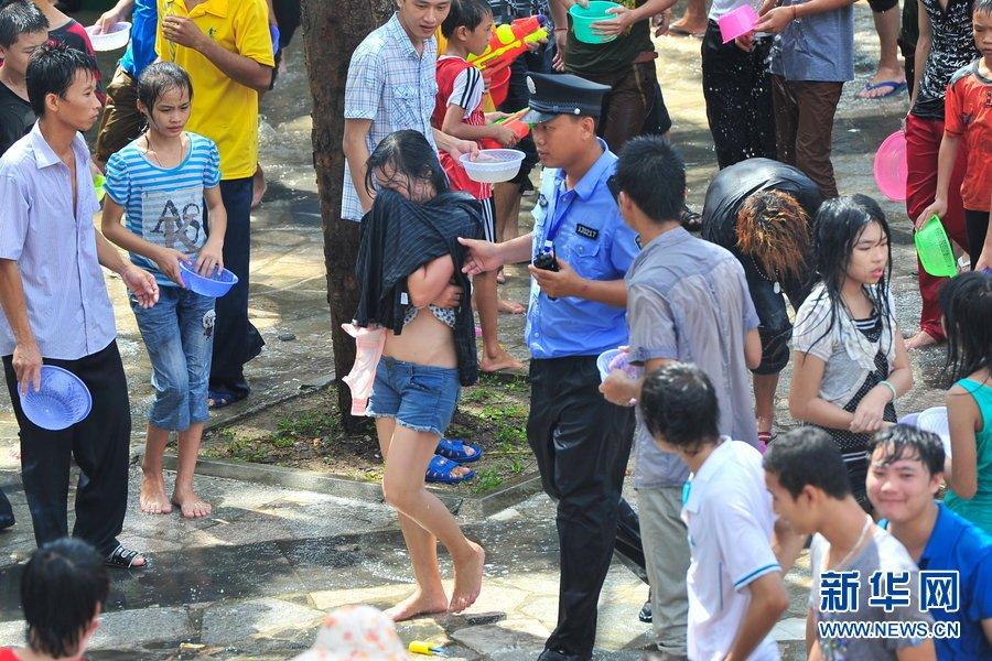 海南嬉水节数十名女性遭扒衣袭胸高清组图 世