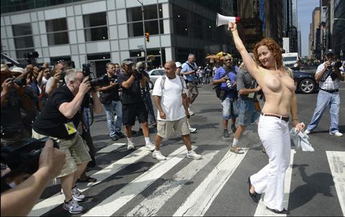 坦胸日美国上百美女裸胸游行现场火爆