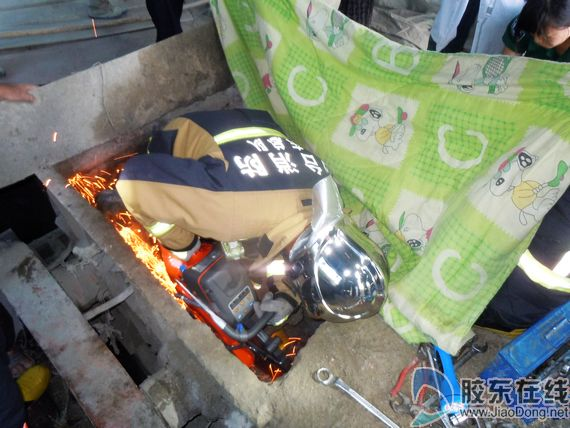 一条腿卷入混凝土搅拌机 莱山消防化险为夷(图)