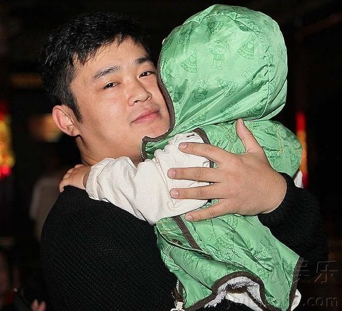 丫蛋儿子首次曝光 王金龙与爱子玩舌吻图片