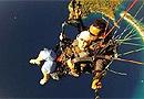英国72岁老太2400米高空玩跳伞吓坏儿孙(图)