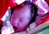 一名刚出生女婴遭狠心爹妈遗弃 脐带还未剪(图)