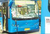 彩云城公交站点三辆公交追尾 2名乘客受伤(图)