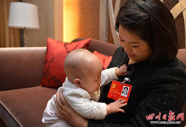 女代表携婴儿参加十八大