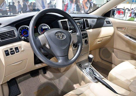 丰田新款花冠 改款之后的花冠车身高度、宽度与轴距维持原样不做变更,而长度则增加了25mm,这点长度对于整备质量的影响可以忽略不计;动力部分与现销的花冠相同,仍旧打在动力型号是1ZR型的1.6L双VVT-i发动机,最大输出功率为120马力,峰值扭矩152Nm。传动方面,与之匹配的是5速手动及4速自动变速器。