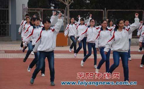莱阳卫校女美女;; 学生进行健美操比赛;