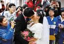 广东一中学十对老师新人办婚礼教室内拜堂(图)