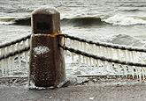 实拍暴雪后的独特景色 海边铁锁链挂上冰棱(图)