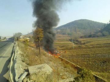 渝昆高速一大货车侧翻自燃4人受伤 损失百余万