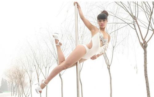 图文:钢管舞美女寒冬室外热舞