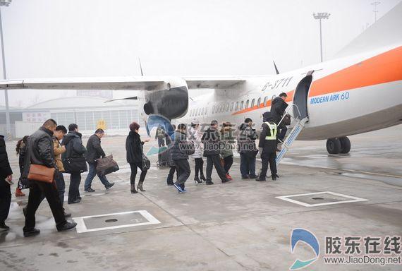 烟台飞大连的bk2865航班旅客开始登机