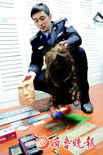 民警展示嫌犯购买的仿真面具和发套.