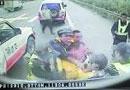 货车司机被4名执法人员截停暴打(组图)